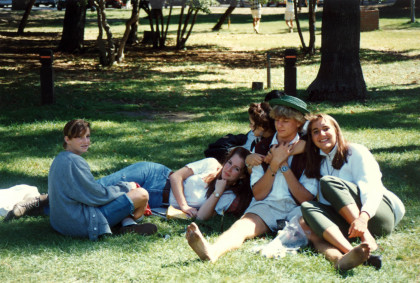 Students sitting on Menlo's lawn in 1989