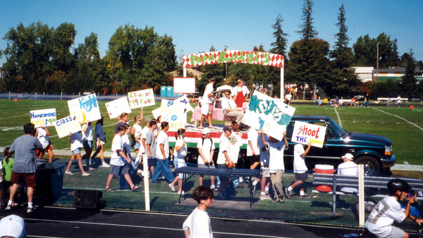 Class of 1999 Homecoming float